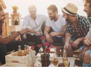 Boire un verre en amis dans un bar