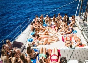 Farniente lors de la fiesta catamaran à Barcelone