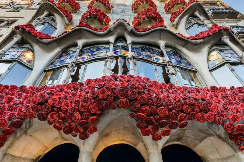 La façade de la Casa Batllo le jour de la Sant Jordi